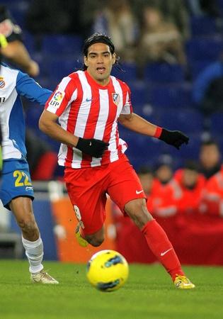Striker: Radamel Falcao z Atletico Madryt w akcji podczas meczu hiszpańskiej ligi pomiędzy Espanyol i Atletico Madryt na Estadi Cornella w dniu 11 grudnia 2011 r. w Barcelona, Hiszpania