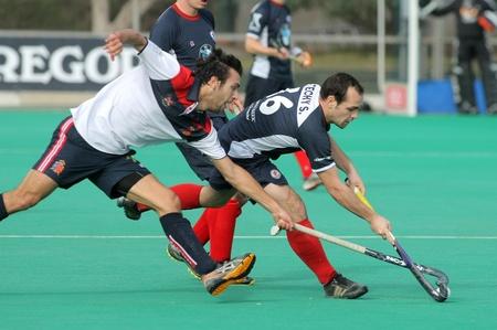 hockey sobre cesped: Gabriel Dabanch (L) del RC Polo compite con Sebastien Techy (R) de KHC Lovaina durante un Rey Editorial