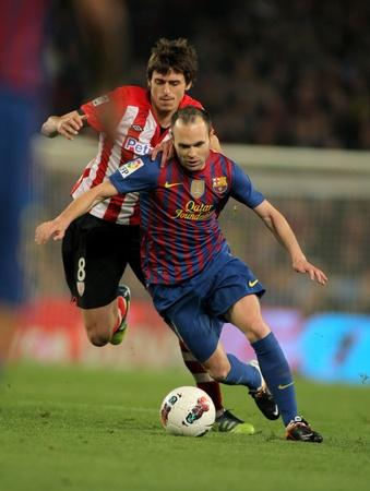 アスレチック ビルバオの ander-Iturraspe(L) と竸うアンドレス Iniesta(R) バルセロナ カンプノウ スタジアムでスペイン リーグの試合中に 2012 年 3 月 31 日