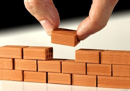 materiales de construccion: Dos dedos de poner el último ladrillo en la pared