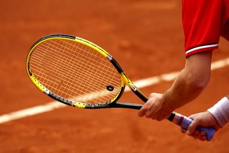 tennis racket: Un jugador de tenis de espera para un saque durante un partido