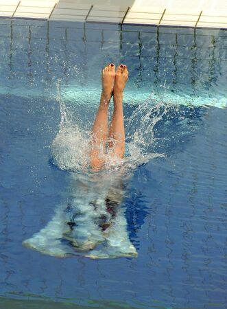 Le nageur a lancé dans l'eau dans une compétition de plongeon