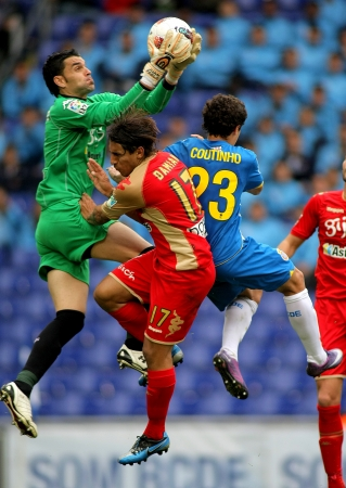 pablo: Juan Pablo Colinas (C) del Gijon bloccare la palla tra Damian (L) e Coutinho (R) durante una partita del campionato spagnolo contro l'RCD Espanyol al Cornella Estadi il 28 aprile 2012 a Barcellona, ??Spagna Editoriali