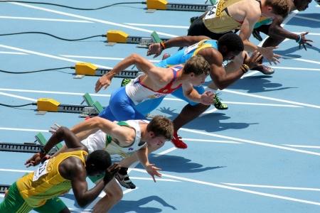 バルセロナ、スペインで 2012 年 7 月 10 日にオリンピック スタジアムで 20 世界ジュニア陸上競技選手権中に 110 m 男性ハードルの開始の競争相手 報道画像