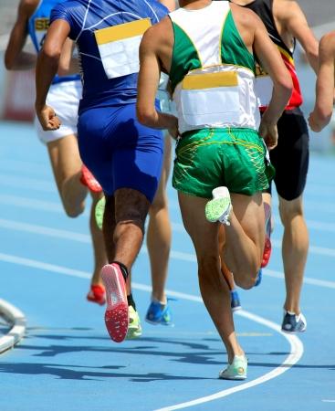Atletas de corredor en la pista durante una competición