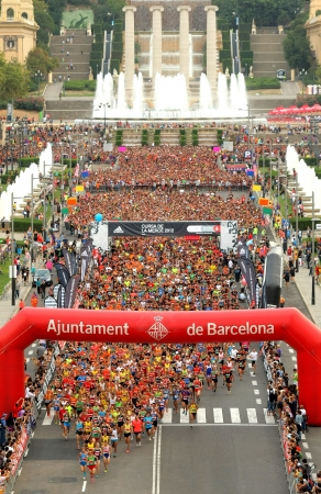 ランナー Cursa ラメルセ デ ラ モンジュイク山 2012 年 9 月 16 日のバルセロナ、スペインで人気のあるレースのスタート