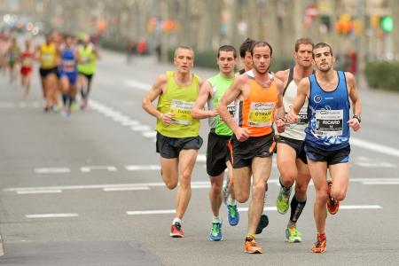 バルセロナの街バルセロナ ハーフ マラソン バルセロナで 2013 年 2 月 17 日にバルセロナ、スペインの中でランナーのグループ