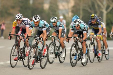 オメガ ファーマ クイックステップサルサ乗る 2013 年 3 月 24 日にバルセロナで Monjuich 山の通りを通ってカタルーニャ ツアー自転車レース中の自転車 報道画像