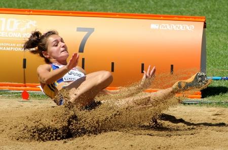 salto largo: Cornelia Deiac de Rumania compite en las mujeres de salto de longitud durante el Campeonato de Europa de Atletismo 20a en el Estadio Olímpico el 27 de julio de 2010 en Barcelona, ??España