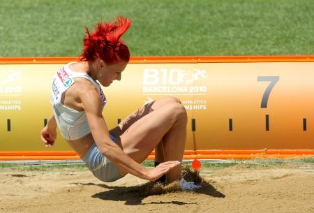 salto largo: Nina Kolaric de Eslovenia compite en las mujeres de salto de longitud durante el Campeonato de Europa de Atletismo 20a en el Estadio Olímpico el 27 de julio de 2010 en Barcelona, ??España