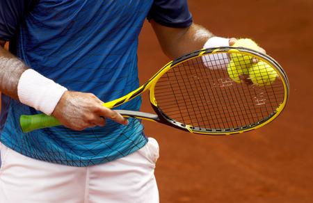 テニス プレーヤーのためのボール ボールをサーブするテニスの試合中にチェックします。
