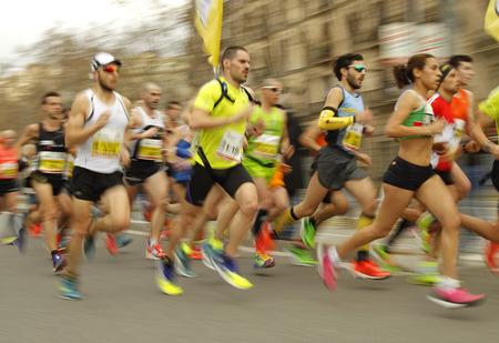 ランナーの中にバルセロナ ハーフ マラソン バルセロナで 2015 年 2 月 15 日にバルセロナ、スペインのバルセロナの通りのグループ。