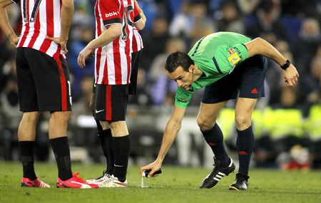 martinez: Referee Juan Martinez Munuera marks kick off positions with a Vanishing spray during a Spanish League match at the Estadi Cornella on March 4, 2015 in Barcelona, Spain
