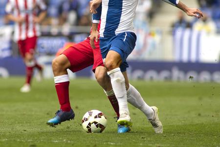 2 つのサッカー選手の足の一致で争う