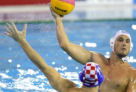 waterpolo: Norbert Hosnyanszky de Hungría en la acción contra Croacia durante una BCN2013 Campeonato Mundial en la piscina Picornell Natación en 1 agosto 2013 en Barcelona España