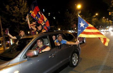 separatist: Group of supporters of FC Barcelona during a celebration for  the victory in the Champions league final against Juventus in the Barcelona streets on June 7, 2015 in Barcelona, Spain