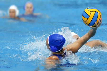 water polo: Dos jugadores de waterpolo en la acción durante un partido