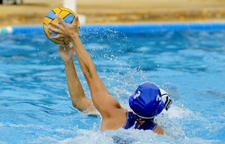 Twee waterpolo spelers in actie tijdens een wedstrijd