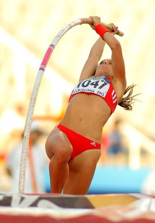 paraplegico: Kira Grunberg de Austria en acción durante la Pole Vault de eventos de los Campeonatos de Atletismo de 20 menores del mundo en el Estadio Olímpico el 14 de julio de 2012 en Barcelona, ??España