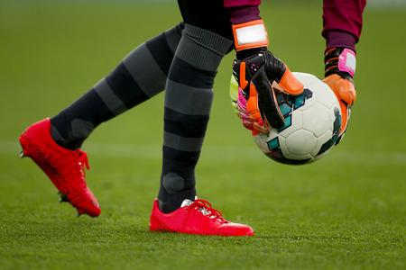 arquero futbol: Portero toma la bola durante un partido de fútbol Foto de archivo