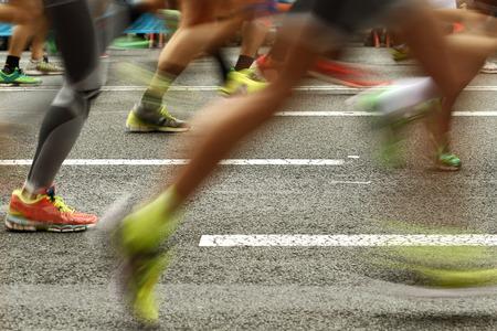 長距離走では、イベント中にモーションブラーの道ランナーの足