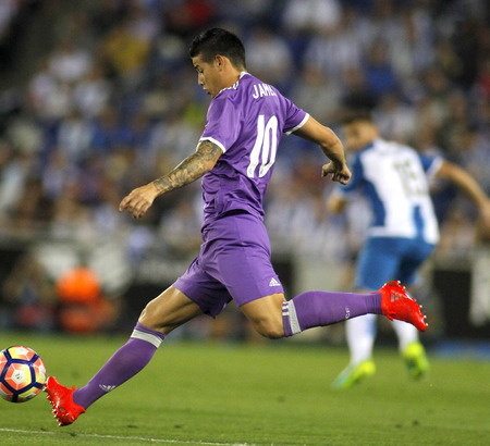 futbol infantil: James Rodriguez of Real Madrid of during a Spanish League match against RCD Espanyol at the  RCDE Stadium on September 18 2016 in Barcelona Spain