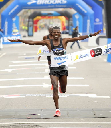 Keniaanse atleet Leonard Kipkoech Langat die tijdens de Halve Marathon van Barcelona in Barcelona op 12 Februari, 2017 in Barcelona Spanje eindigt