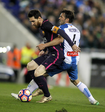 mesi: Leo Messi(L) of FC Barcelona fights with Victor Alvarez(R) of RCD Espanyol during a Spanish League match at the RCDE Stadium on April 29 2017, in Barcelona Spain Editorial