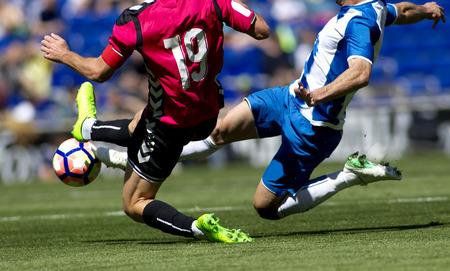 두 축구 선수의 다리가 경기에 나섭니다.
