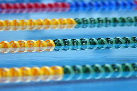 Colorido vuelta carriles decorar la piscina.  Foto de archivo - 684894
