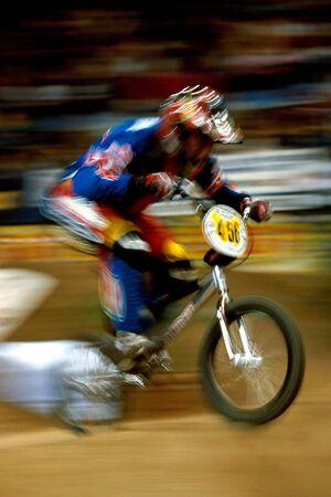 motorcross: Un ciclista BMX MOTOCROSS trata de ganar la carrera. movimiento, movimiento, borroso