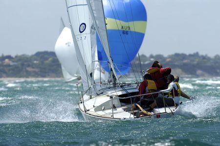 mares: Los marineros se hacen a la mar en un velero en el mar.  Foto de archivo