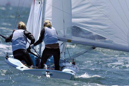 mares: Las mujeres marineros se hacen a la fuerte marejada.  Foto de archivo