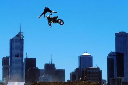motorcross: MOTOCROSS Un jinete salta de una ciudad contra ciudad.