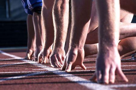 start of race: La l�nea de salida hasta las manos de los corredores en una carrera de atletismo.  Foto de archivo