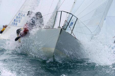 mare agitato: Una barca a vela lacrime attraverso il mare agitato della baia.