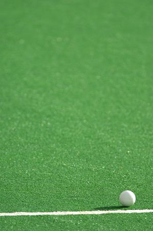 hockey cesped: Un campo de hockey pitch hecho de c�sped artificial con una pelota.