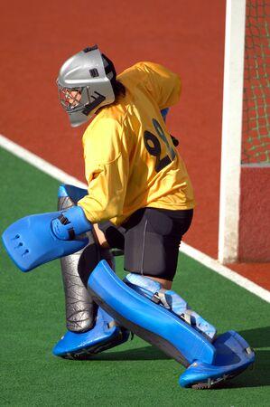 hockey cesped: Un campo de hockey de portero prepara para proteger el objetivo.  Foto de archivo