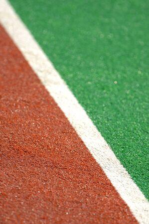 hockey sobre cesped: Un campo de hockey pitch hecho de c�sped artificial con una pelota.