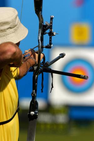 arco y flecha: Un arquero tiene como objetivo un blanco durante competencia.  Foto de archivo