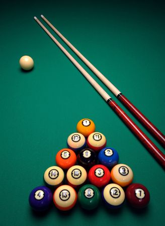 cue sticks: Cue sticks and Balls on a pool (billard) table before play