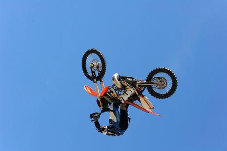 stunts: Un dirt bike rider ottiene aria durante una bravata.
