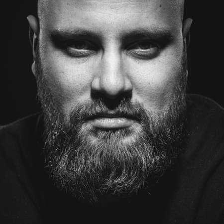 Portret van de brutale man met een baard. Zwart-wit optie.