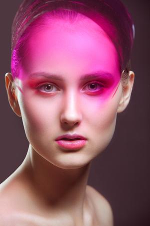 maquillaje de fantasia: Moda-retrato de la joven con una fantas�a de maquillaje en tonos rosados