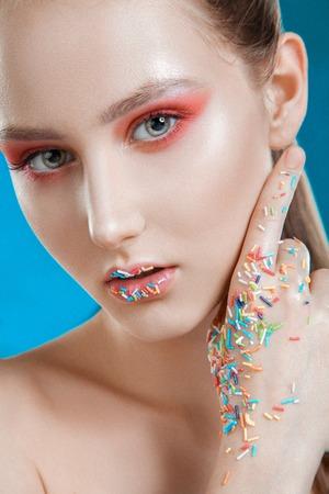 maquillaje de fantasia: Moda-retrato de la joven con un maquillaje de fantas�a. Foto de archivo