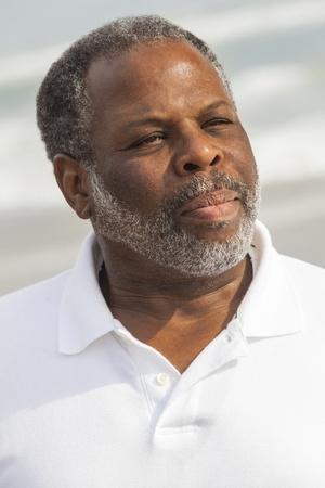 African American: Retrato de un hombre estadounidense de alto nivel en los a�os sesenta en la playa Foto de archivo