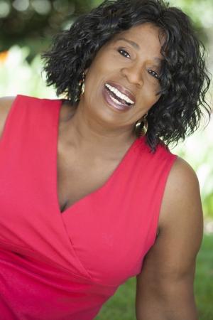 Een gelukkige senior Afro-Amerikaanse vrouw buiten lachend. Stockfoto