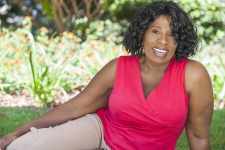 mujeres africanas: Un alto mujer afroamericana fuera feliz sonriendo. Foto de archivo