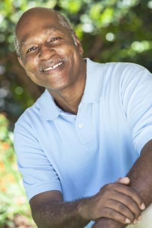 African American: Un hombre afroamericano feliz senior de unos sesenta a?fuera sonriendo.
