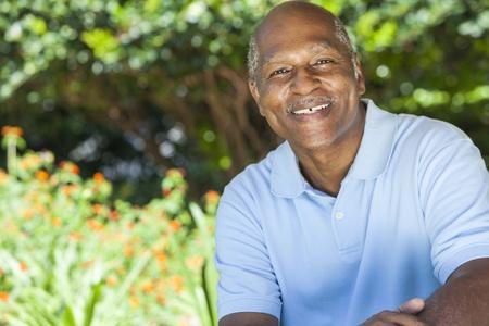 africanas: Un hombre afroamericano feliz senior de unos sesenta años fuera sonriendo.